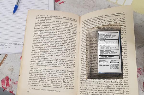 Thuốc lậu được giấu trong một cuốn sách khoét ruột để nguỵ trang. Ảnh: Interpol