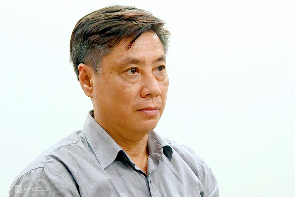 Ông Lê Đức Vinh, cựu Chủ tịch tỉnh Khánh Hòa đang nghe cơ quan điều tra đọc quyết định khởi tố, bắt tạm giam, ngày 8/6. Ảnh: An Phước.