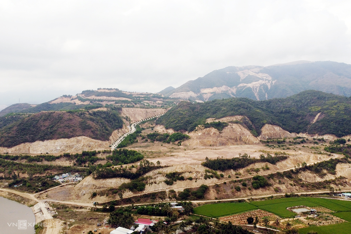 Một góc núi Chín Khúc ở TP Nha Trang, nơi doanh nghiệp thực hiện dự án bị ủi phá. Ảnh: Xuân Ngọc.