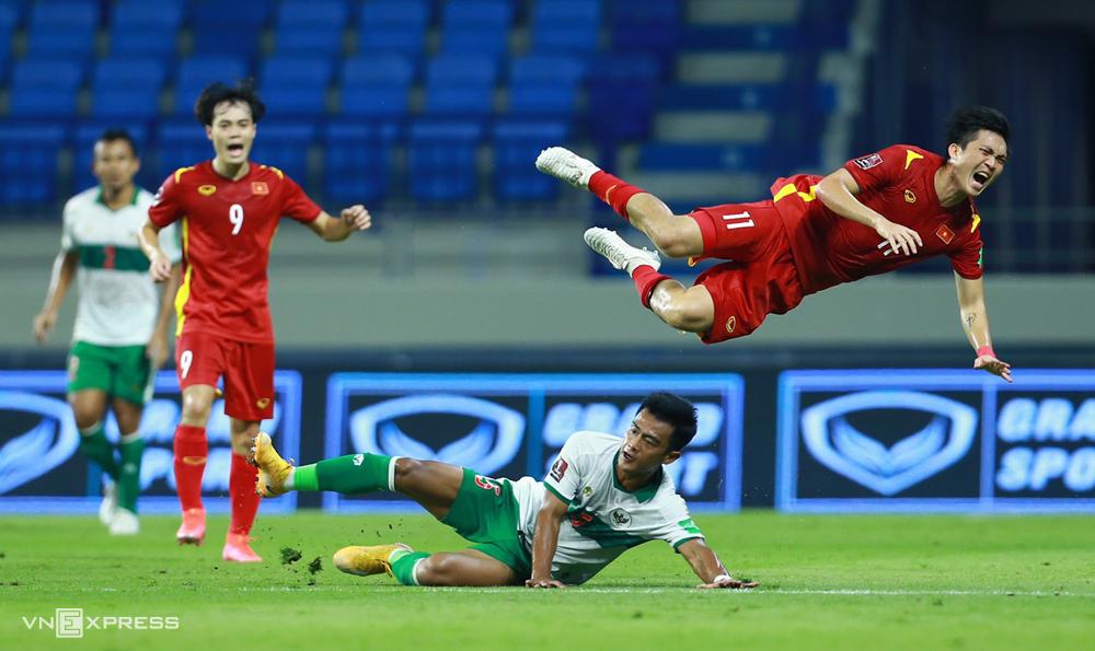 """บอลทำให้ Tuan Anh ออกจากสนามในช่วงต้นเกมที่ชนะอินโดนีเซีย 4-0 เมื่อวันที่ 7 มิถุนายน  ภาพถ่าย: """"Lam Thua ."""""""