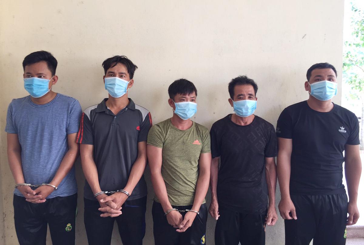 Dương, Lĩnh, Việt, An và Toàn tại cơ quan điều tra. Ảnh: Đắc Thành
