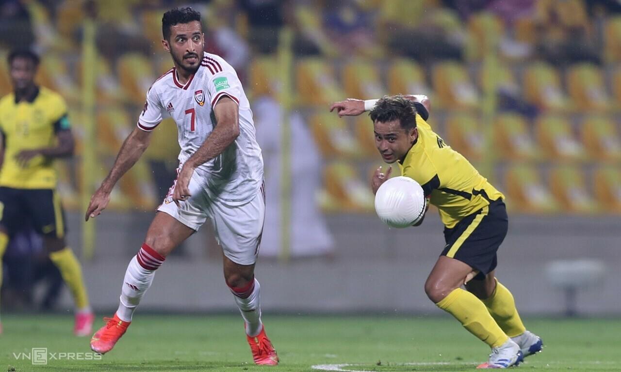 Situasi Ali Mabkhout menerima bola dan memantul di belakang dua bek tengah Malaysia.  Foto: Lam Thoa