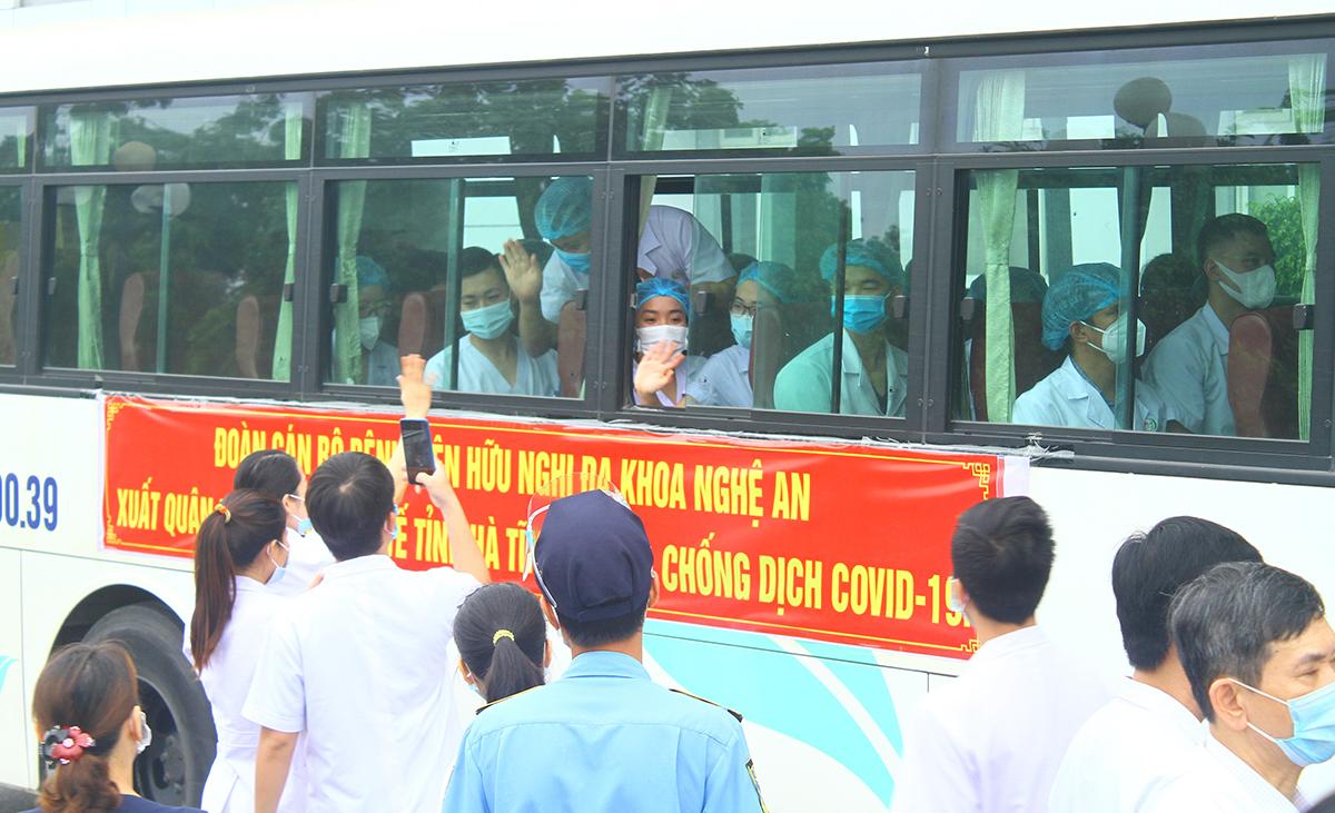 Xe chở đoàn nhân viên y tế Nghệ An lên đường tới Hà Tĩnh, sáng 9/6. Ảnh: Hải Bình
