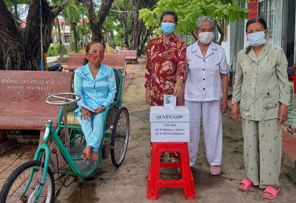 Các cụ bà sống trong Trung tâm Bảo trợ xã hội tỉnh Cà Mau góp tiền cho Quỹ vaccine Covid-19. Ảnh: Anh Tuấn