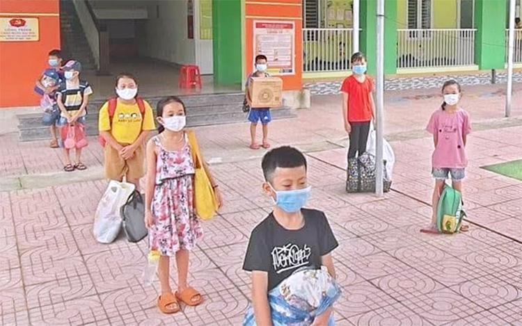 Một số học sinh diện F1 tại khu cách ly tập trung ở xã Tân Lâm Hương. Ảnh: Hiền Lương