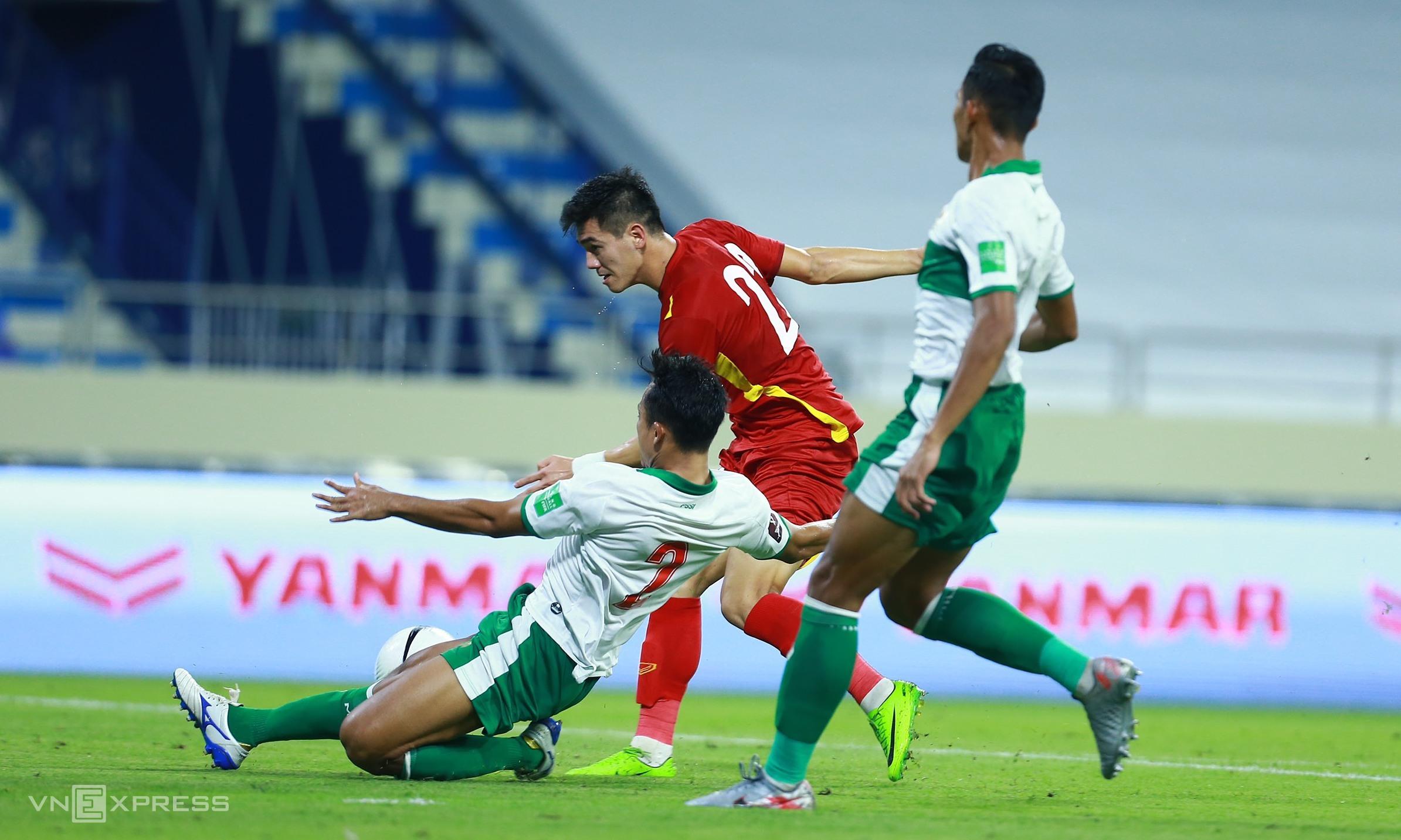Tiến Linh sẽ cần thể hiện khả năng di chuyển ra sau hai trung vệ Malaysia, như đã làm trước Indonesia. Ảnh: Lâm Thoả