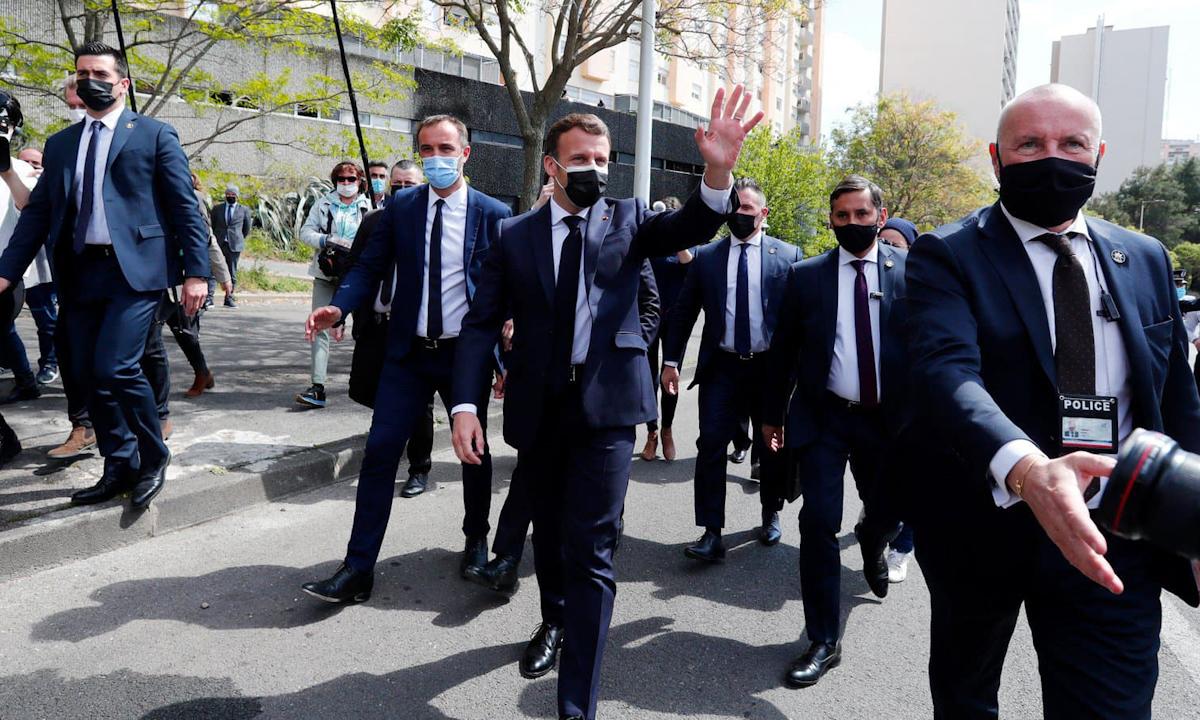 Tổng thống Emmanuel Macron (giữa) xuất hiện cùng đội bảo vệ an ninh tại Montpellier hồi tháng 4. Ảnh: AFP.
