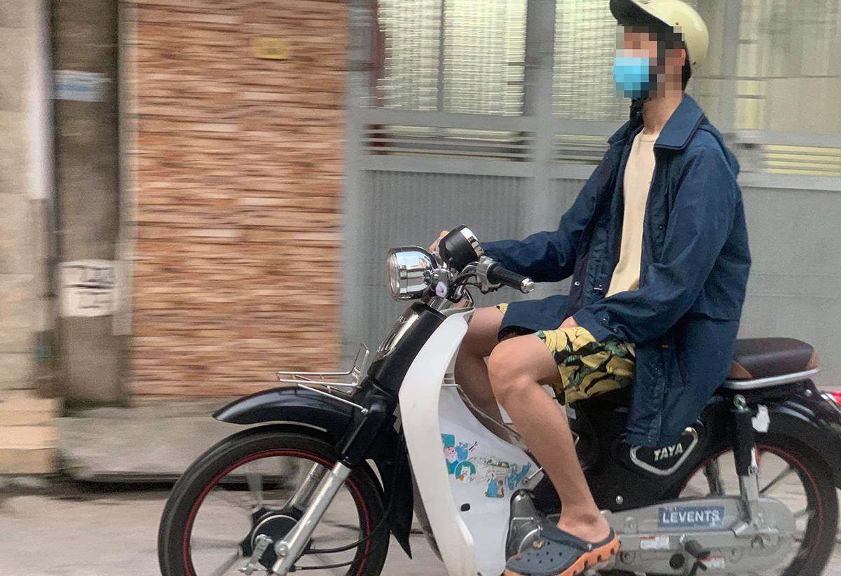 Có được điều khiển xe máy bằng một tay? Ảnh: Phương Anh.