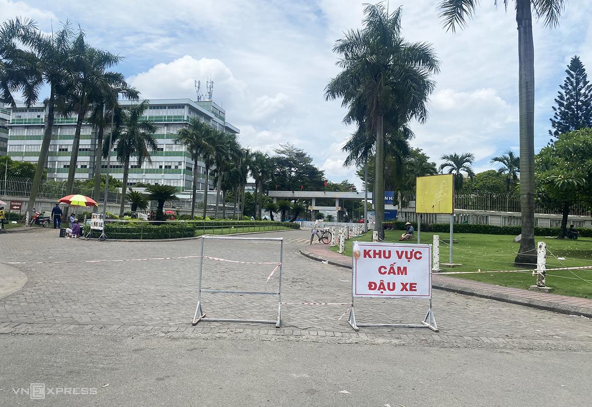 Phía trước cổng Công ty Pouyuen bị căng dây, hạn chế qua lại, trưa 9/6. Ảnh: Hữu Khoa.