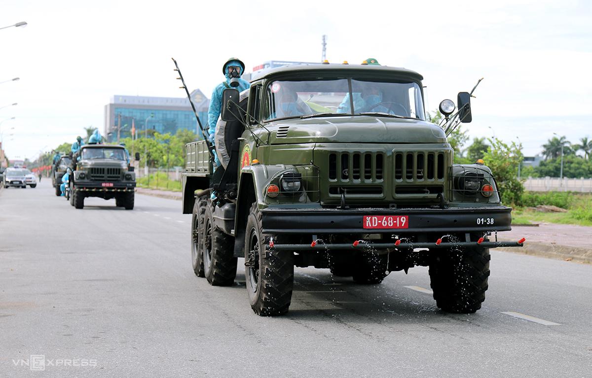 Lực lượng quânđội làm nhiệm vụ phun khử khuẩn vùng dịch ở TP Hà Tĩnh, sáng 8/6. Ảnh: Đức Hùng