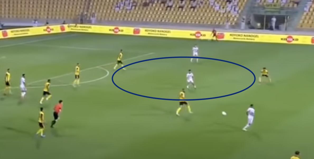 Pha bóng tiền vệ số 10 UAE Khaifal Mubarak nhận bóng thoáng ở trúng lộ, sau khi hàng tiền vệ Malaysia dồn hết sang một bên gây áp lực bất thành. Ảnh: chụp màn hình