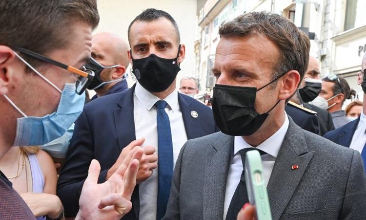 Tổng thống Emmanuel Macron (phải) trao đổi với người dân trên đường phố Valence trong chuyến thăm khu vực đông nam của Pháp hôm 8/6. Ảnh: AFP.