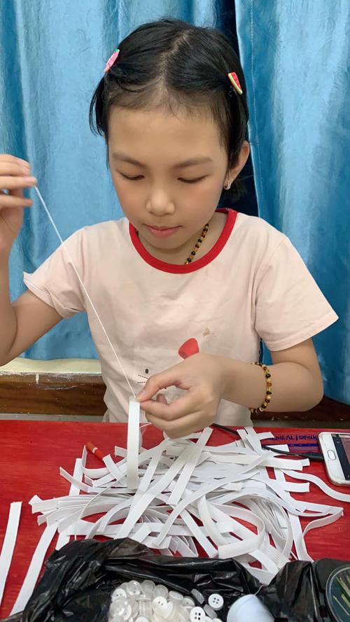 Yến khâu tay từng chiếc tai giả để gửi tặng y bác sĩ ở Bắc Giang. Ảnh: NVCC.