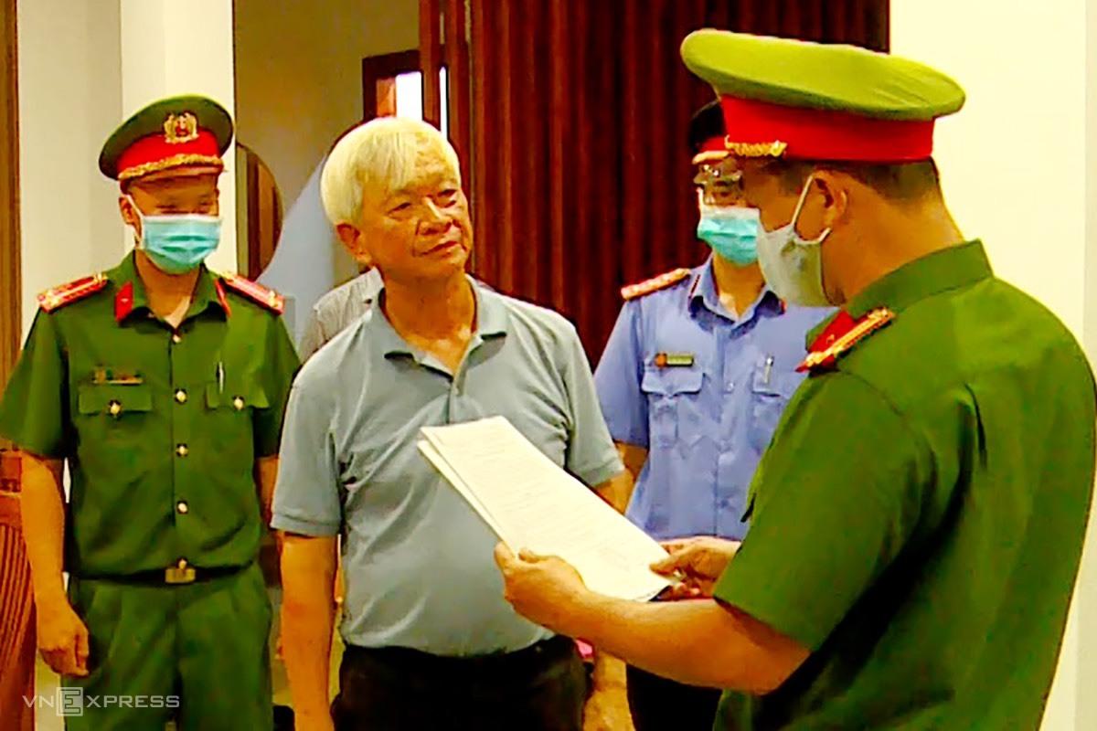 Ông Nguyễn Chiến Thắng, cựu Chủ tịch tỉnh Khánh Hòa, lúc nghe đọc quyết định khởi tố, bắt tạm giam, chiều 8/6. Ảnh: An Phước.