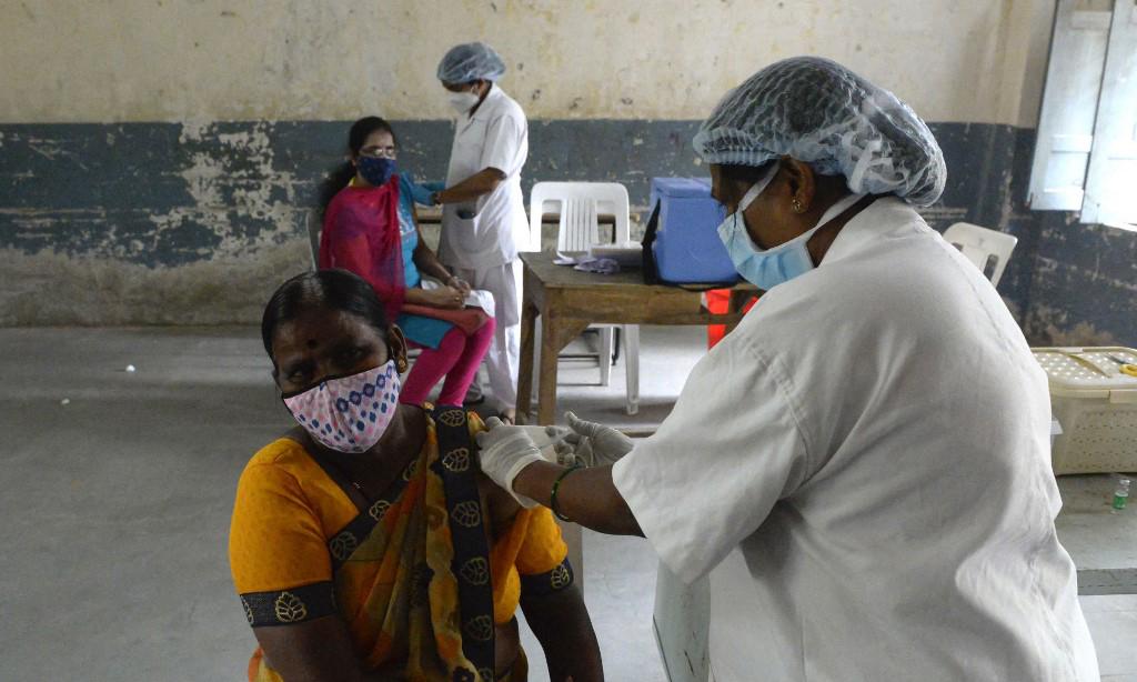 Các nhân viên y tế tiêm vaccine Covid-19 cho người dân tại một điểm tiêm chủng ở thành phố Hyderabad, Ấn Độ, hôm 9/6. Ảnh: AFP.