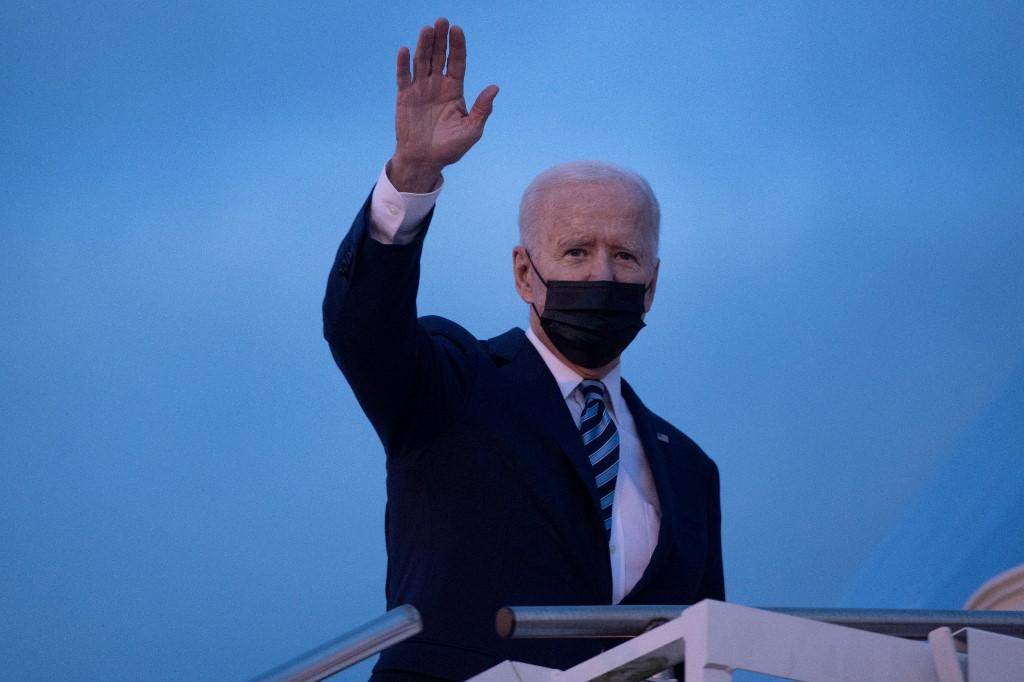 Tổng thống Mỹ Joe Biden vẫy tay chào khi lên Không lực Một khởi hành tại Căn cứ không quân hoàng gia Anh Mildenhall tới sân bay Cornwall dự hội nghị thượng đỉnh G7 hôm 9/6. Ảnh: AFP.