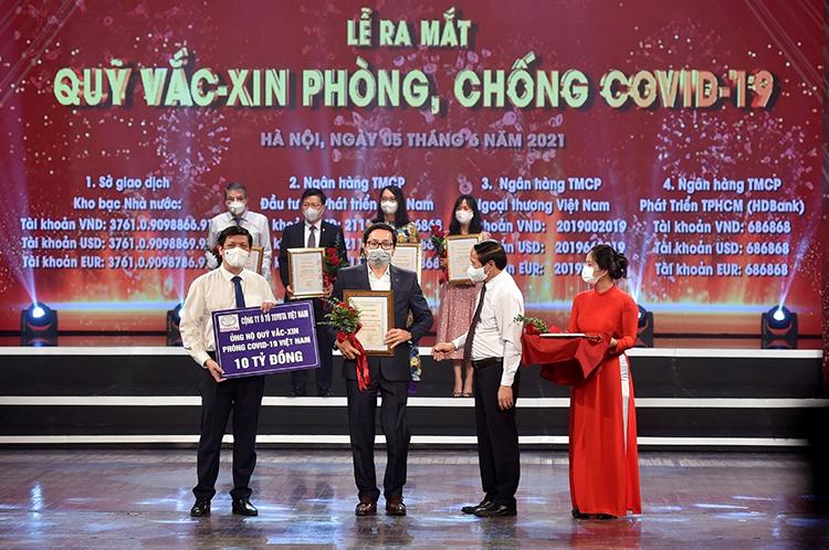 Ông Phạm Thanh Tùng (thứ 2 từ trái sang), Phó Tổng Giám đốc Toyota Việt Nam trao 10 tỷ đồng ủng hộ quỹ Vaccine Covid-19.
