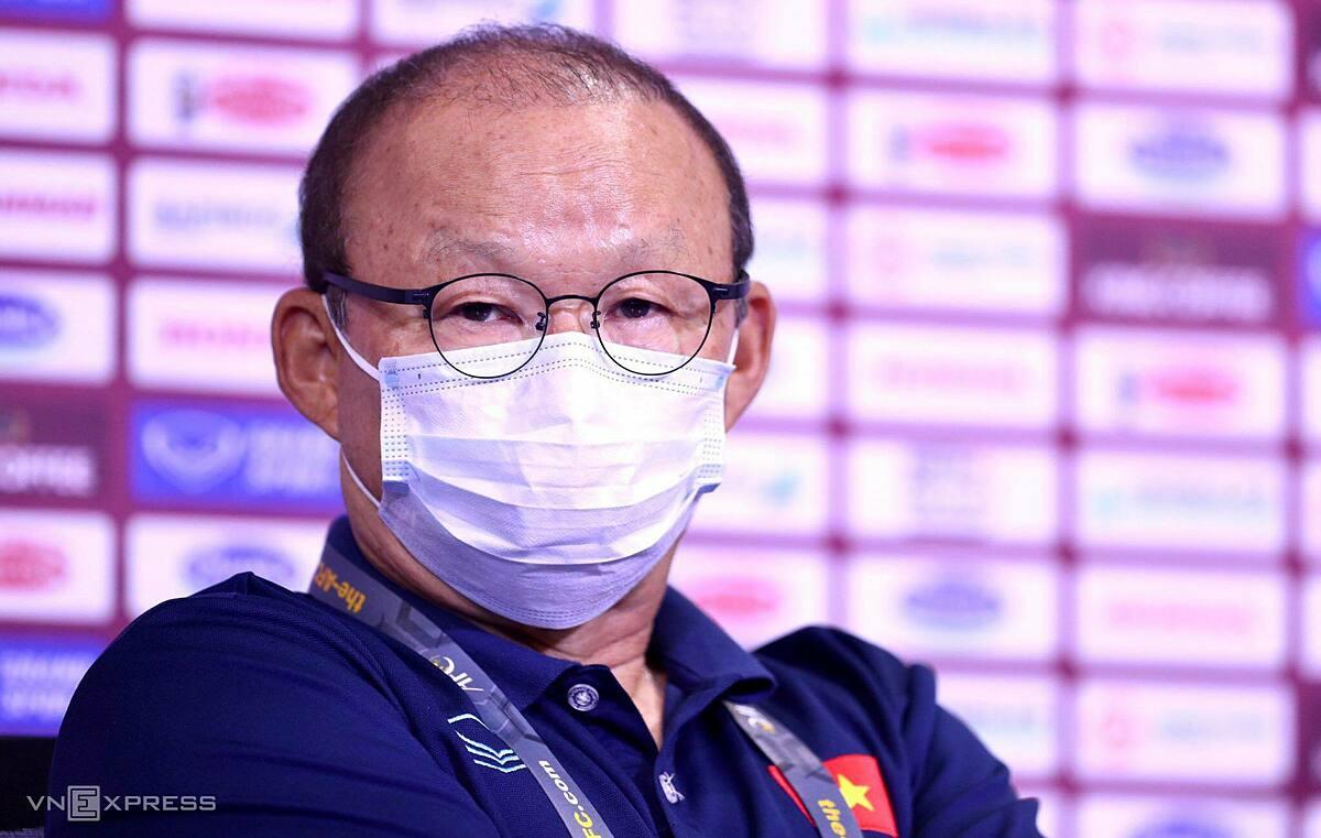 HLV Park Hang-seo trả lời họp báo trước trận Malaysia, trên sân Al-Maktoum tối 10/6. Ảnh: Lâm Thoả.