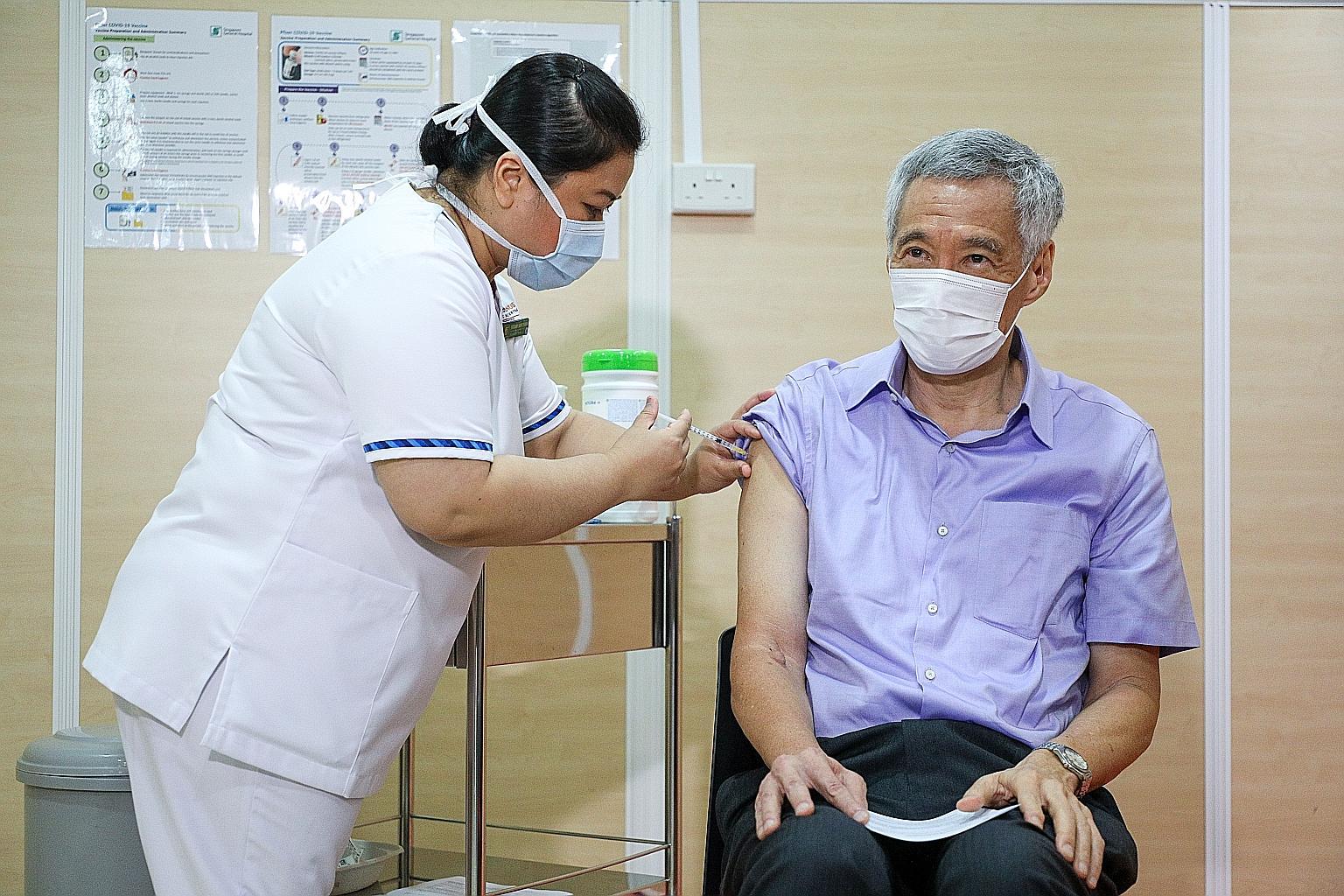 Thủ tướng Lý Hiển Long được tiêm vaccine Pfizer vào ngày 9/1. Ảnh: Straits Times.