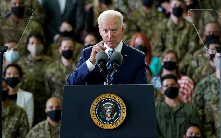 Tổng thống Biden phát biểu trước các binh sĩ Mỹ đồn trú tại căn cứ RAF Mildenhall ngày 9/6. Ảnh: AP.