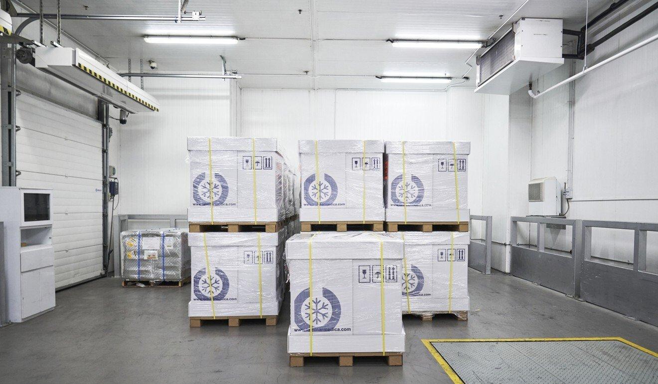 Vaccine Covid-19 của Pfizer/BioNTech được bảo quản ở nhiệt độ -70 độ C tại sân bay Changi khi nhập vào Singapore. Ảnh: AFP.