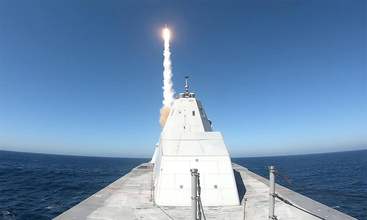Khu trục hạm USS Zumwalt phóng tên lửa SM-2 từ ống phóng Mk.57 trong cuộc thử nghiệm tháng 10/2020. Ảnh: US Navy.