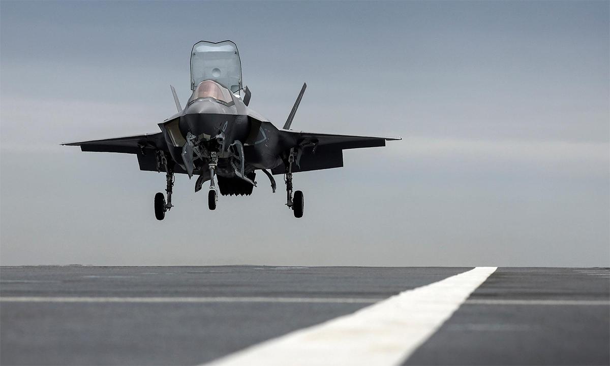 Tiêm kích F-35B của không quân Anh hạ cánh trên tàu sân bay HMS Prince of Wales ngày 9/6. Ảnh: RAF.