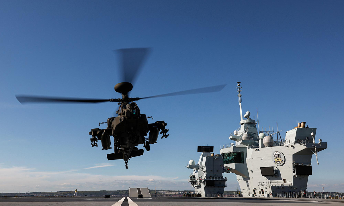 Trực thăng WAH-64 của lục quân Anh hạ cánh trên tàu sân bay HMS Prince of Wales ngày 7/6. Ảnh: Royal Navy.