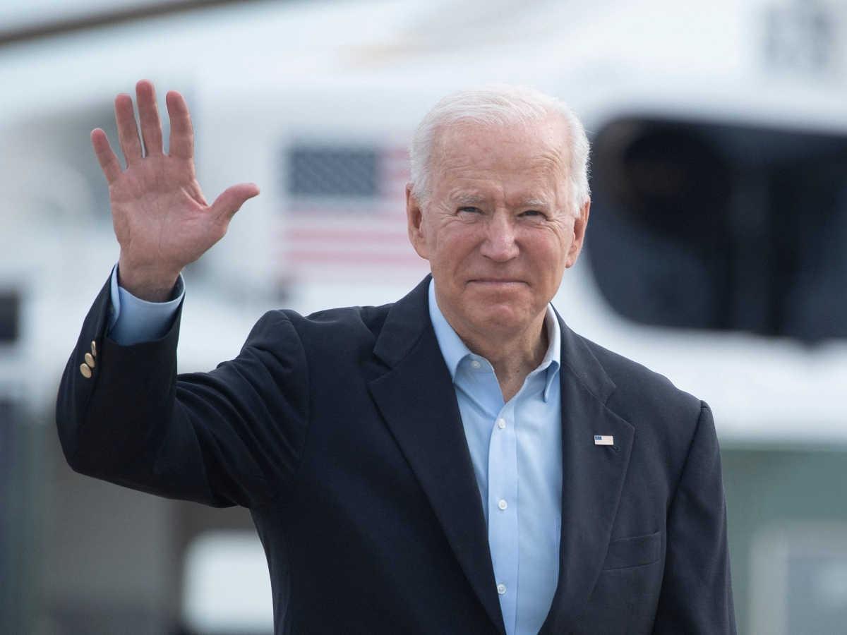 Joe Biden vẫy tay chào trước khi lên máy bay ở Mỹ ngày 9/6 để bắt đầu công du châu Âu. Ảnh: AFP.