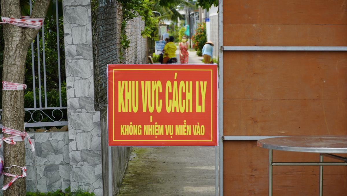 Khu vực phong tỏa 34 nhà dân, 135 nhân khẩu tại ấp Xuân Hòa (Lợi Bình Nhơn, TP Tân An). Ảnh: Hoàng Nam