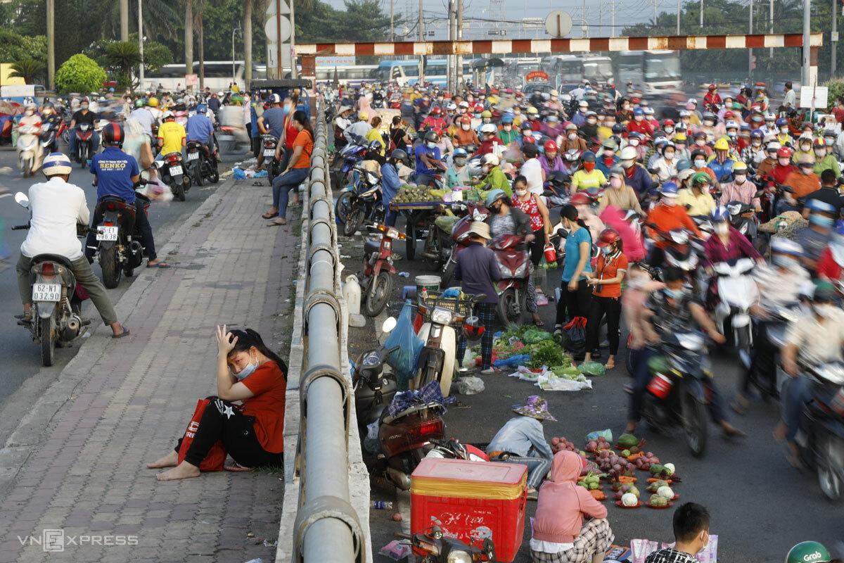 Một số tuyến đường trước cổng Công ty Pouyuen thường xuyên ùn tắc khi công nhân tan ca. Ảnh: Hữu Khoa