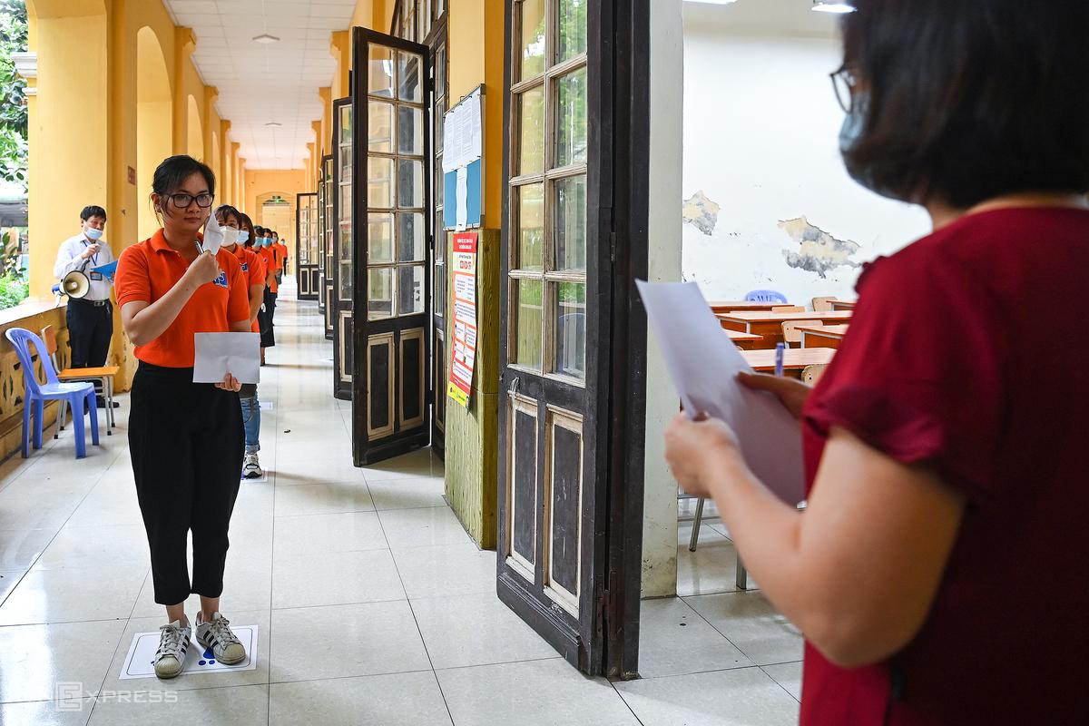 Trường THPT Phan Đình Phùng tổ chức diễn tập phòng chống Covid-19, chuẩn bị cho kỳ thi vào lớp 10, hôm 8/6. Ảnh: Giang Huy