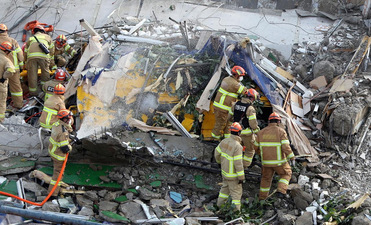 Lính cứu hỏa tại hiện trường vụ sập tòa nhà ở Gwangju ngày 9/6. Ảnh: Reuters.