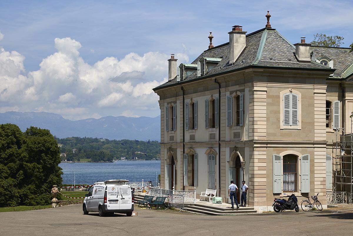 Lực lượng an ninh tại Villa La Grange ngày 4/6. Ảnh: Reuters.