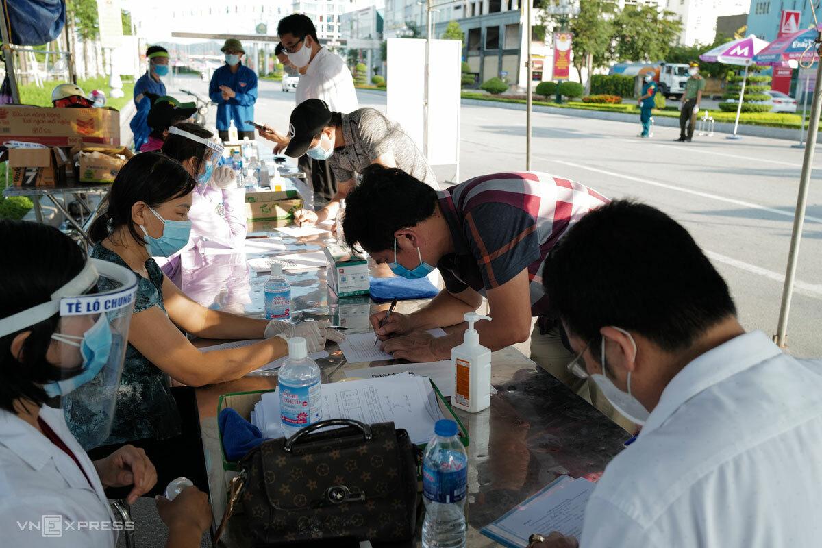 Người dân Bắc Giang khai báo y tế tại chốt chống dịch, tháng 5/2021. Ảnh: Ngọc Thành