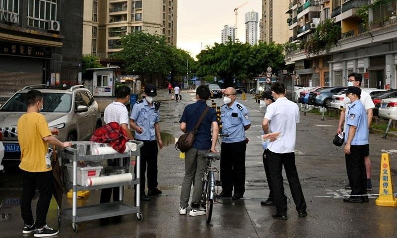 Cảnh sát chặn người dân bên ngoài một khu dân cư bị phong tỏa ở quận Lệ Loan, thành phố Quảng Châu, tỉnh Quảng Đông, Trung Quốc đầu tuần này. Ảnh: Reuters.