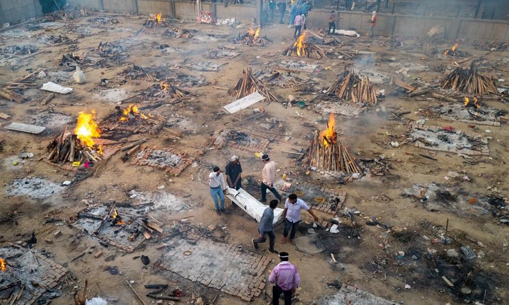 Các thành viên gia đình khiêng thi thể nạn nhân Covid-19 vào khu vực hỏa táng tại một lò hỏa táng ở New Delhi, Ấn Độ hồi tháng 4. Ảnh: AFP.