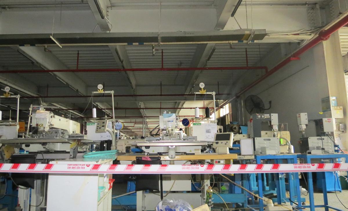 Khu C ở nhà máy Pouyuen, nơi nữ công nhân nhiễm nCov, làm việc bị phong toả, trưa 10/5. Ảnh: Lê Tuyết.