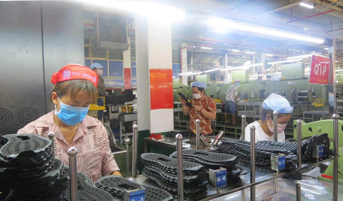 Ngoài khu C bị phong toả, sản xuất ở Công ty Pouyuen hoạt động bình thường, trưa 10/5. Lê Tuyết.