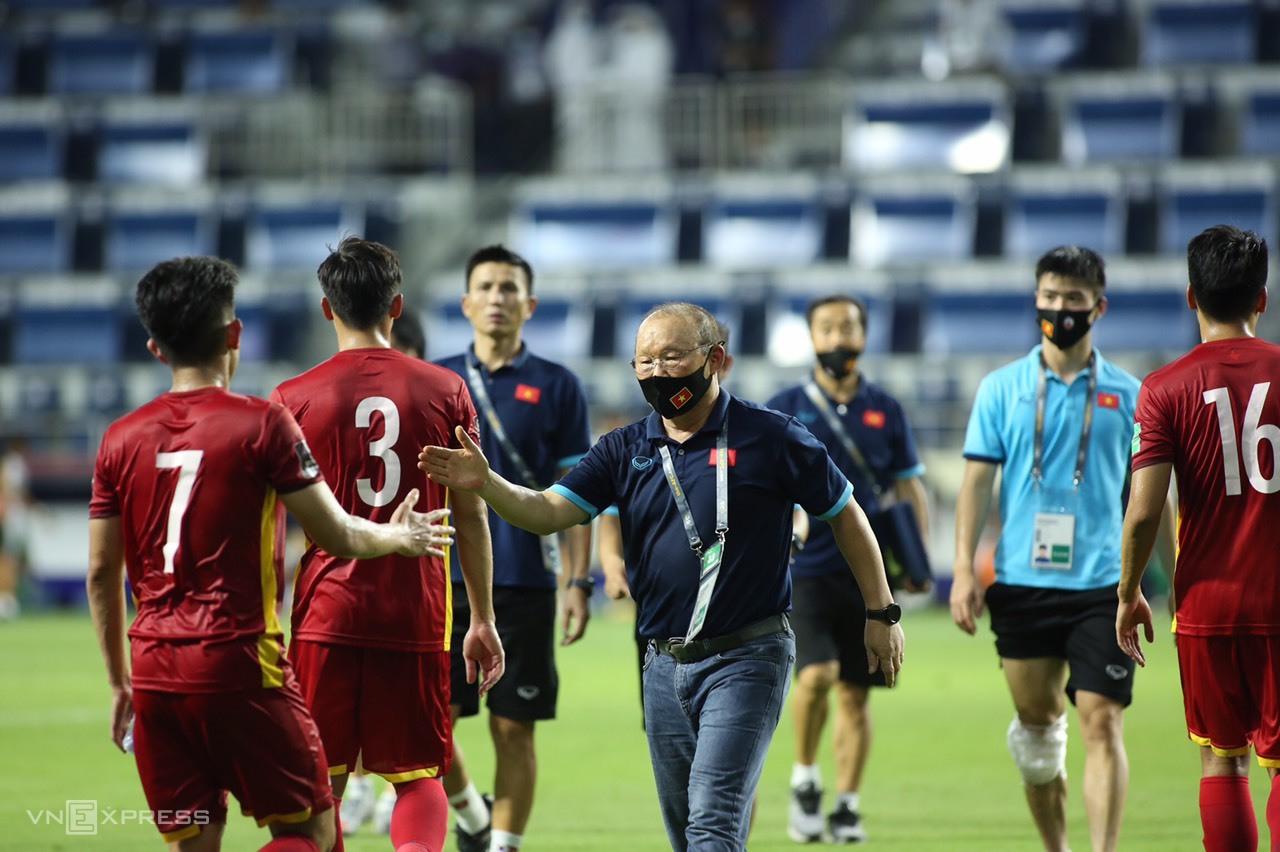 Pelatih Park Hang-seo mengucapkan selamat kepada para pemain setelah kemenangan atas Indonesia pada malam 7 Juni.  Foto: Lam Tho.