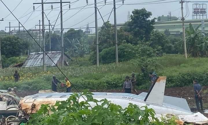 Xác máy bay tại hiện trường tai nạn sáng 10/6. Ảnh: Irrawaddy.