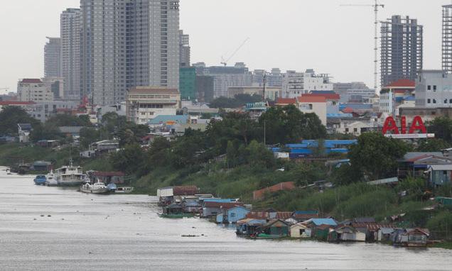 Một dãy nhà nổi trên đoạn sông Mekong đi qua Phnom Penh. Ảnh: Khmer Times.