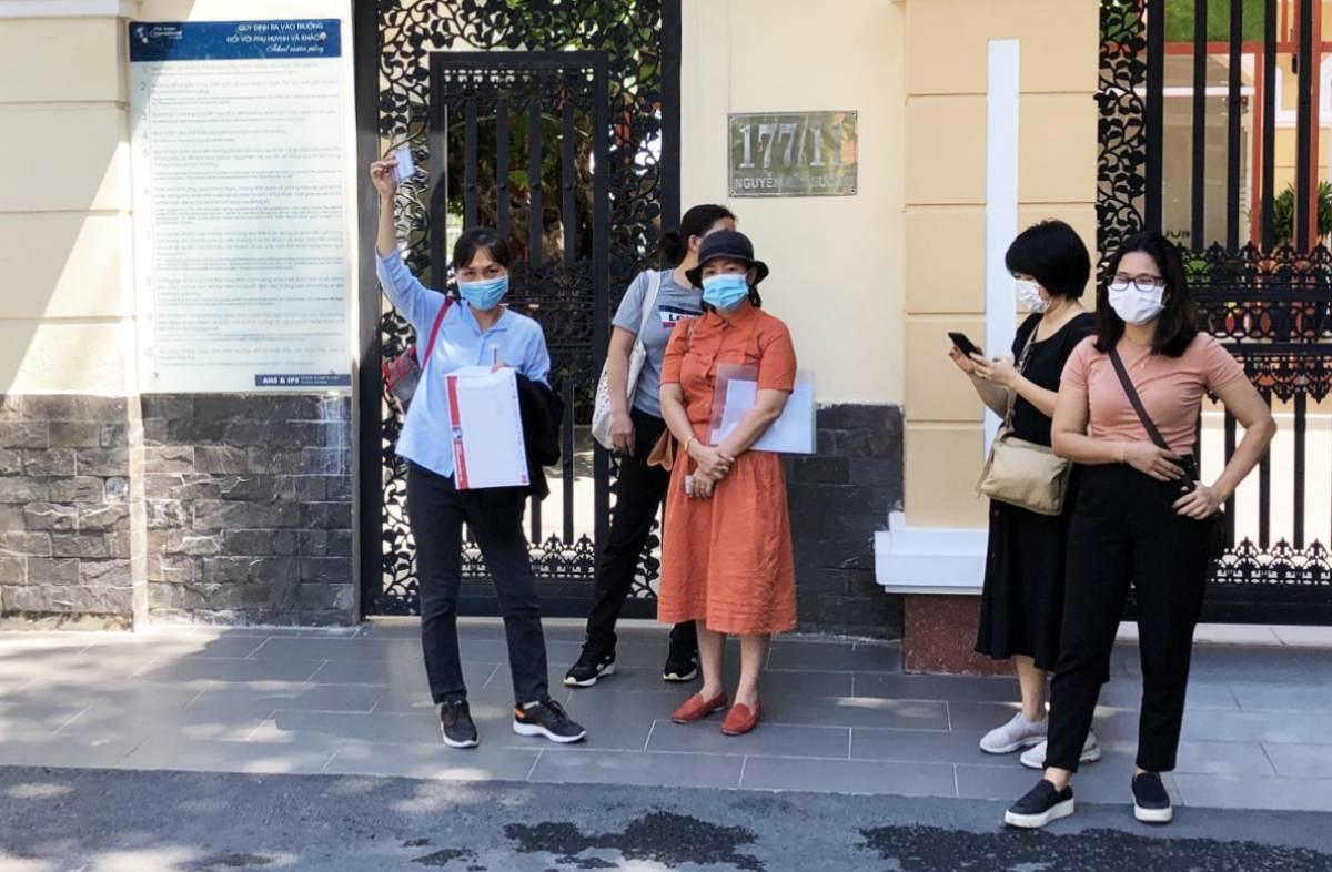 Một nhóm phụ huynh đến trường Quốc tế Á Châu, cơ sở Thảo Điền, TP Thủ Đức trao đổi về vấn đề học phí ngày 20/5. Ảnh: Phụ huynh cung cấp.
