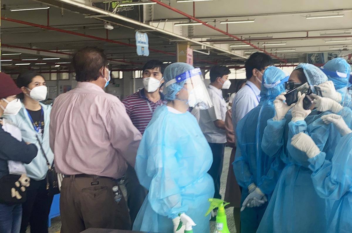 Lực lượng y tế lấy mẫu xét nghiệm, truy vết ở Công ty Pouyuen, ngày 9/6. Ảnh: An Phương.