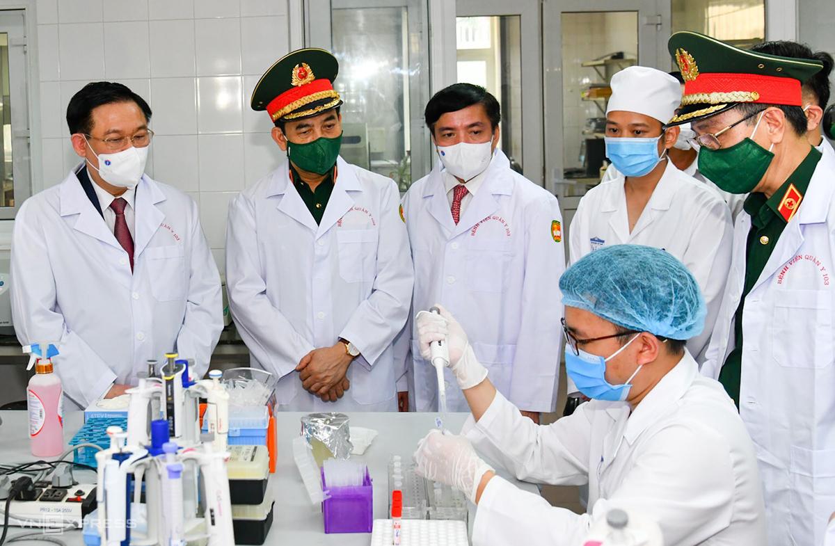 Ông Vương Đình Huệ (bìa phải) thăm Trung tâm Thử nghiệm lâm sàng vaccine. Ảnh: Ngọc Thành.