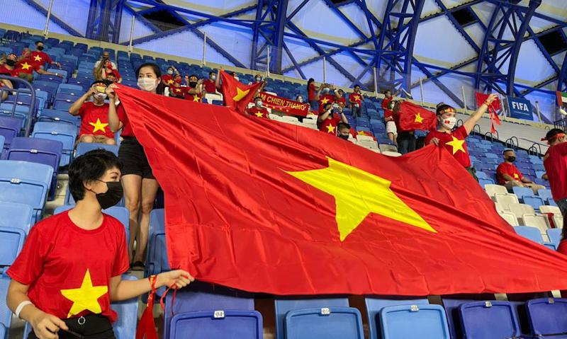 Màu cờ Việt Nam nhuộm đỏ một góc sân vận động Al Maktoum, Dubai tối 7/6. Ảnh: NVCC.