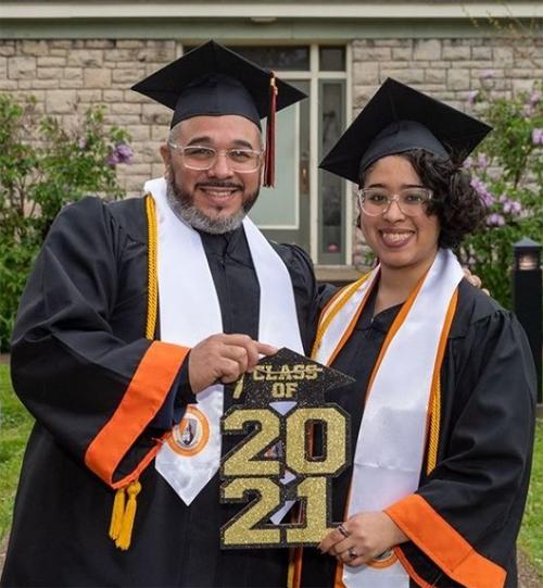 Anh Cesar Galarza và con gái trong ngày tốt nghiệp Đại học Bang Buffalo hồi tháng 5. Ảnh: Buffalo State College.