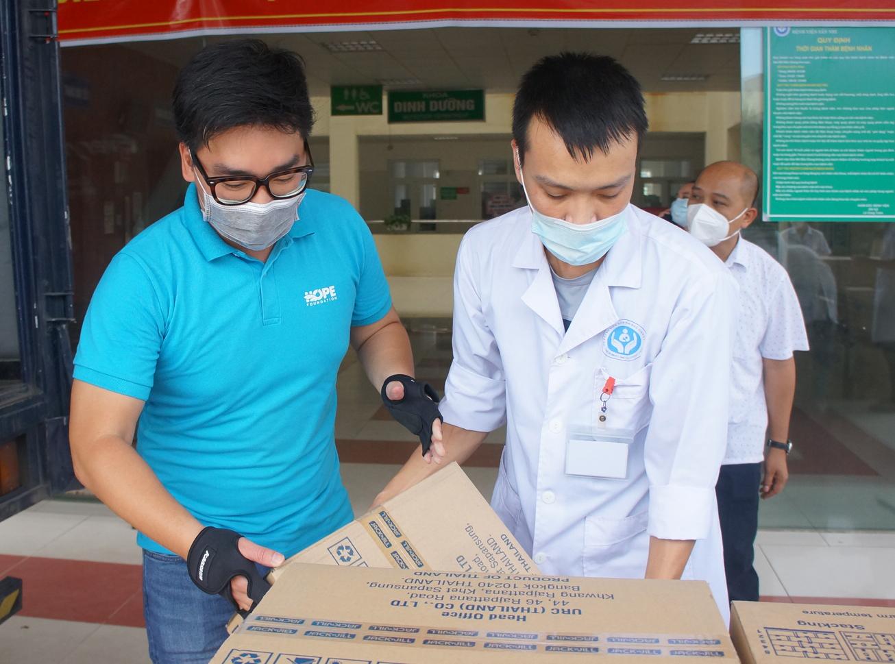 Đại diện Quỹ Hy vọng trao quà tại Bệnh viện Sản nhi Bắc Giang.