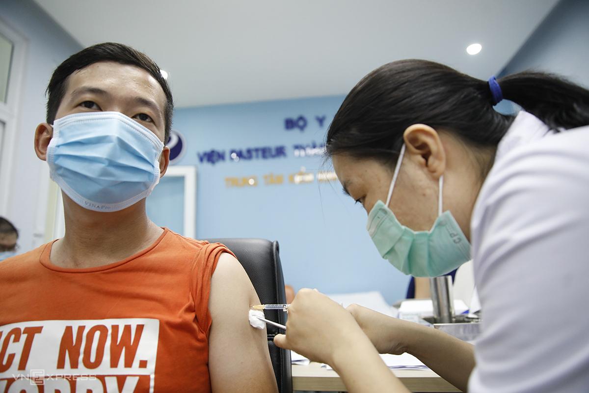 Người dân tiêm vaccine ngừa Covid-19 tại Việ Pasteur TP HCM, ngày 11/5. Ảnh: Hữu Khoa.