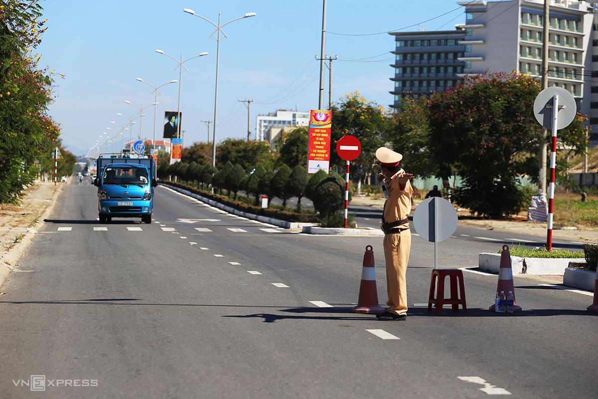Chốt kiểm soát ở phường Điện Ngọc, thị xã Điện Bàn (Quảng Nam) giáp với đường Trường Sa, quận Ngũ Hành Sơn (Đà Nẵng). Ảnh: Đắc Thành.